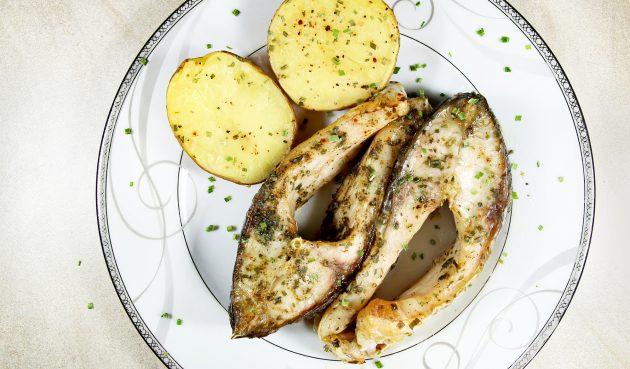 Карп, запечённый в духовке с картошкой