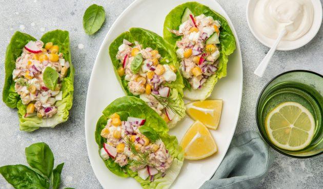 Салат с тунцом на листьях латука