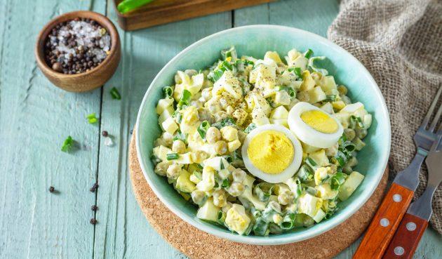Салат с яйцом, горошком и зелёным луком