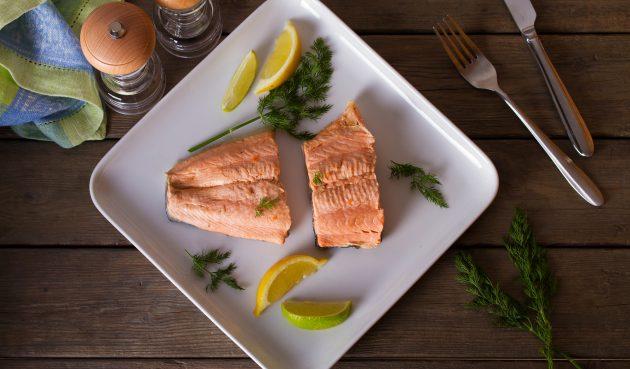 Варёная красная рыба с соусом сальса верде
