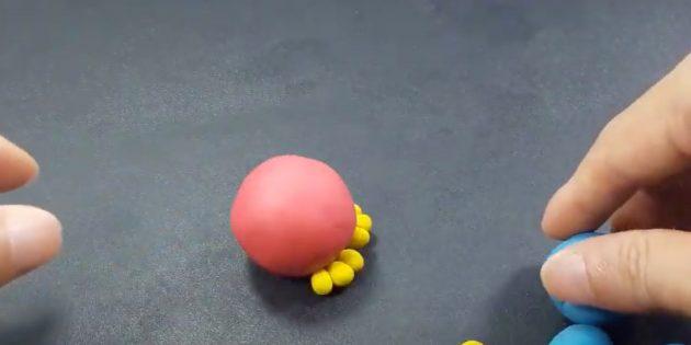 Поделка из пластилина «Птица»: слепите лапы и тело