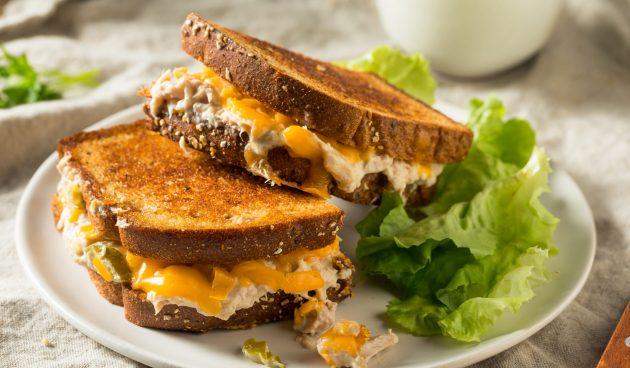 Сэндвичи с консервированным тунцом и сыром