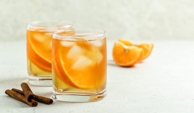 Холодный чай с апельсином и корицей