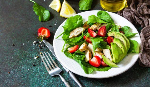 Идеальный летний салат с клубникой и курицей