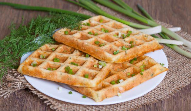 Простые вафли с сыром и колбасой