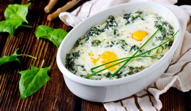 Запечённые яйца со шпинатом и сливками