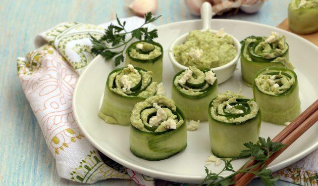 Роллы из огурцов с фетой и авокадо