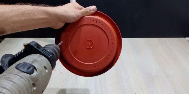 Как сделать фонтан своими руками: просверлите отверстия в тарелке