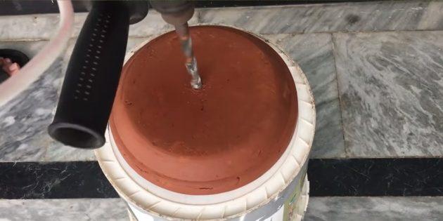 Как сделать фонтан своими руками: просверлите отверстие в большом вазоне