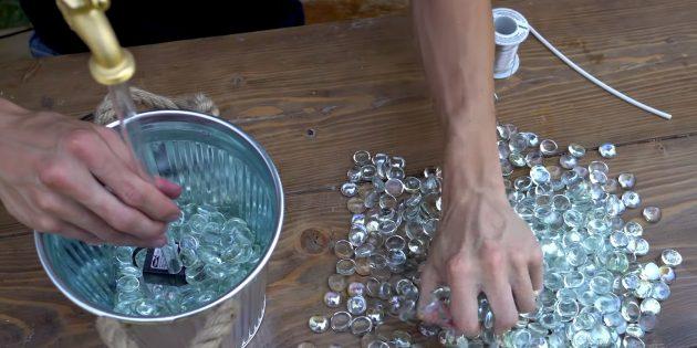 Как сделать фонтан своими руками: заполните ёмкость декоративным материалом