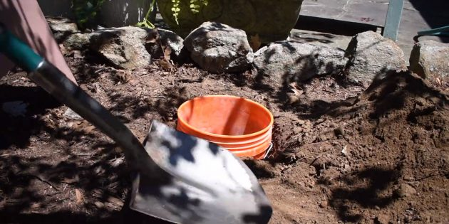 Как сделать фонтан своими руками: вкопайте в грунт ведро