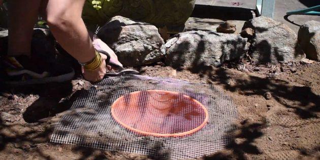 Как сделать фонтан своими руками: накройте ёмкость металлической сеткой