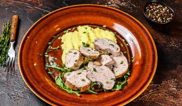 Свиная вырезка, запечённая в духовке с тимьяном