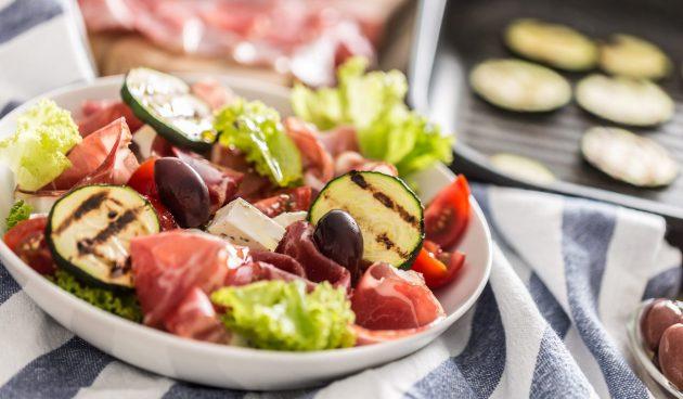 Салат с кабачками и прошутто
