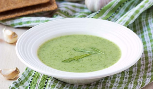 Холодный суп из огурцов с руколой