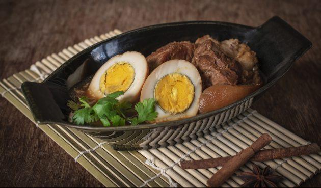 Пикантная свинина с яйцами по-тайски