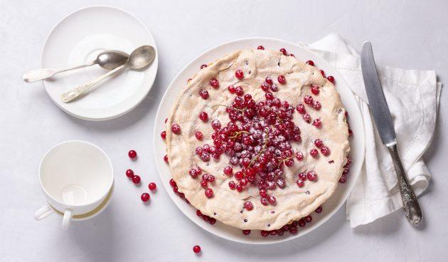 Воздушный пирог с красной смородиной