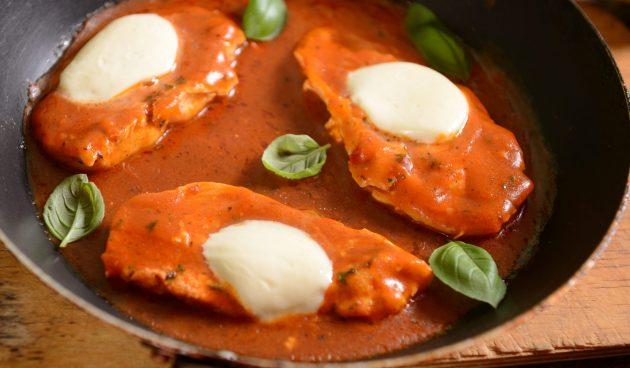 Куриное филе в сливочно-томатном соусе