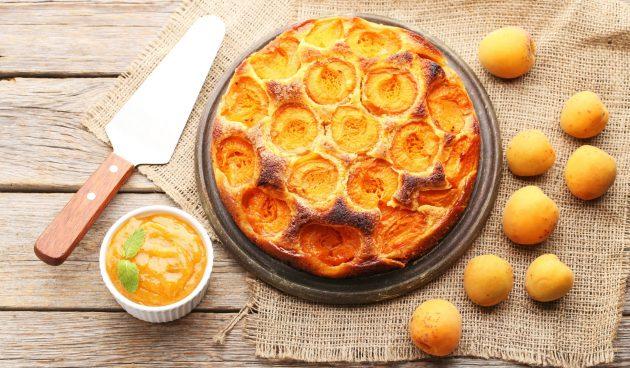 Пирог с абрикосами и сырной начинкой