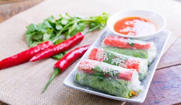 Спринг-роллы с крабовыми палочками и листовым салатом