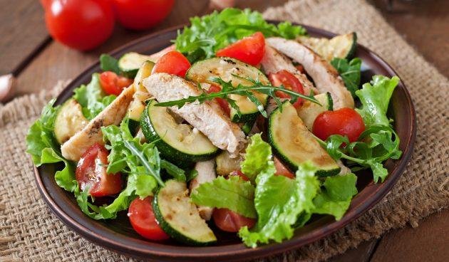 Салат с курицей и кабачками