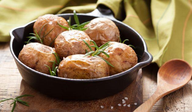 Молодая картошка, запечённая в духовке с солью