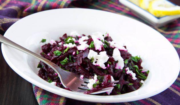 Салат с запечённой свёклой, свекольной ботвой и сыром