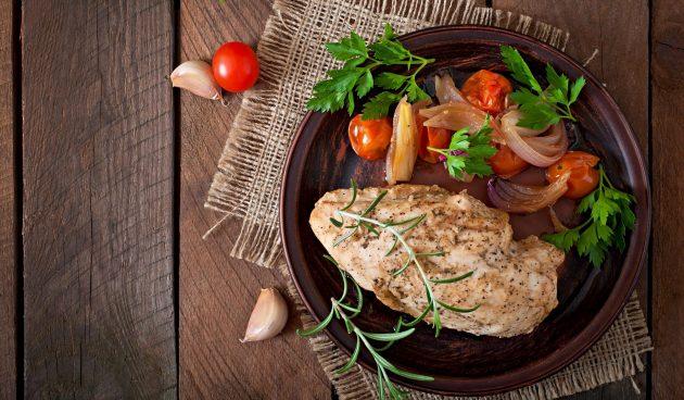 Куриное филе, запечённое в духовке с помидорами черри