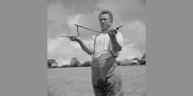 Фермер Джон Кейсли пытается найти воду на своём участке с помощью Y-образной ветки орешника. Великобритания, 1942год