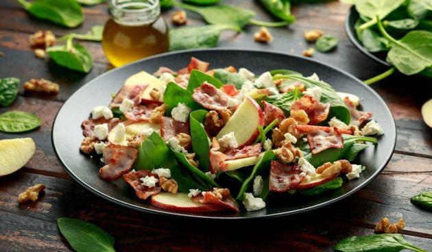 Салат со шпинатом, беконом и пряными орехами