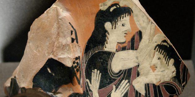 Плакальщица на осколке греческой керамики из Аттики.
