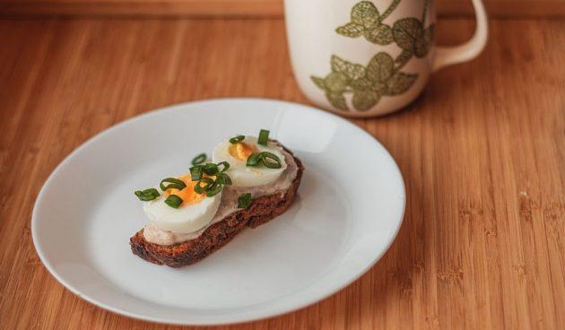 Бутерброд с яйцом и рийетом из тунца