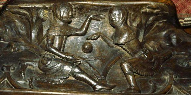 Юноши, играющие в мяч. Резьба на сиденье в Глостерском соборе, 1350год, Глостер, Англия.