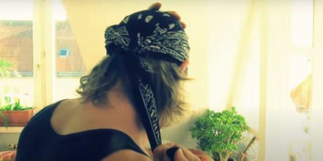 Как носить бандану в байкерском стиле: вытяните задний конец платка