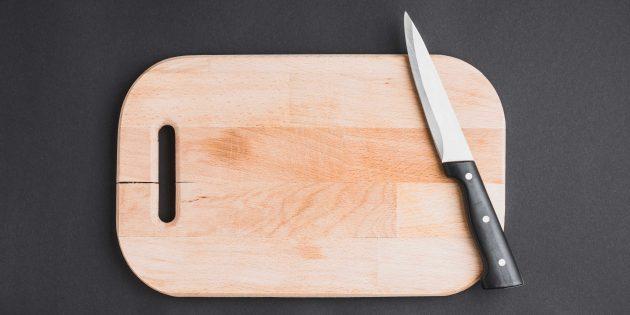 Бесполезные лайфхаки: продукты на сковороду нужно отправлять через отверстие в кухонной доске