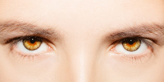 Чтобы определить форму глаз, рассмотрите верхнюю складку. Если она скрыта, у вас «закрытые» глаза