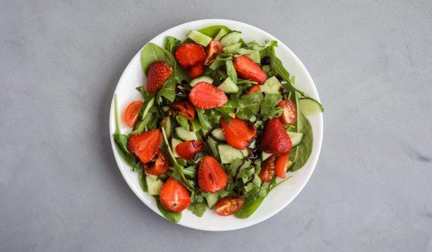 Салат с клубникой, огурцами и помидорами