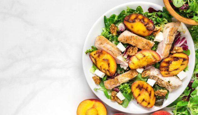 Салат с жареными персиками и курицей