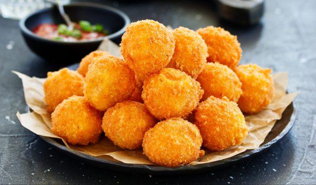 Сырные шарики в панировке из кукурузных хлопьев