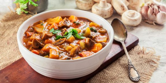 С овощами или мясом. Очень вкусные рагу, которые соберут за столом всю семью