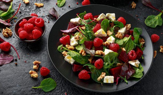Лёгкий салат с малиной и свёклой