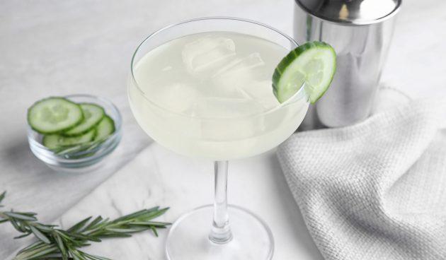 Коктейль с огурцом и мартини