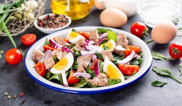Салат с печенью трески, шпинатом и яйцами
