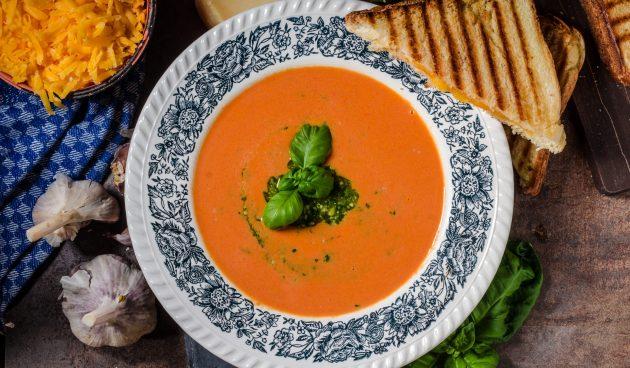 Простой суп из запечённых томатов