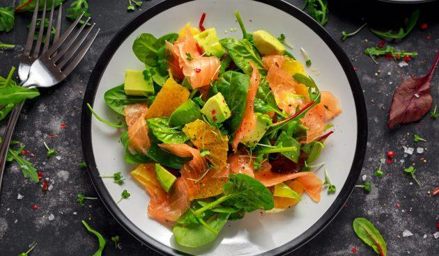 Салат с копчёным лососем, апельсином и авокадо