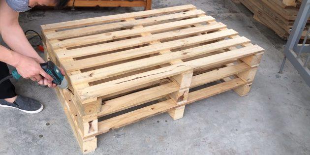 Как сделать скамейку своими руками: поставьте два поддона друг на друга и скрепите их между собой шурупами