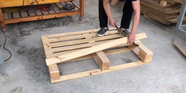 Как сделать скамейку своими руками: снимите две крайние доски подряд с лицевой стороны поддона и ещё одну — с обратной