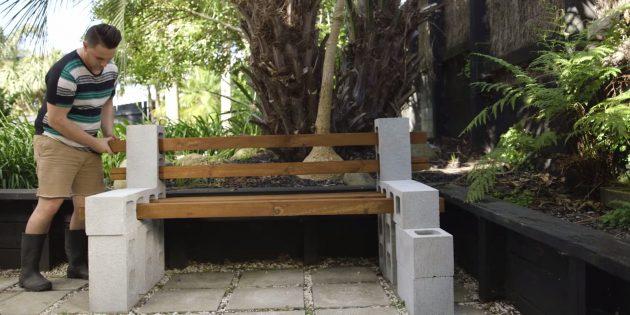 Как сделать скамейку своими руками: вставьте в отверстия бруски