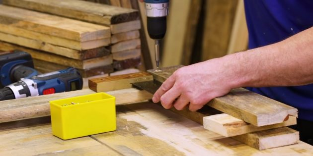 Как сделать скамейку своими руками: установите поверх ножки короткую доску, промажьте клеем, выровняйте по угольнику