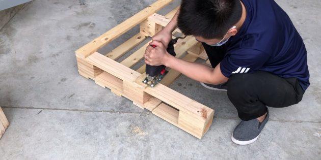 Как сделать скамейку своими руками: переверните поддон и сделайте такие же пропилы, но без отступа